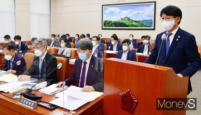 [머니S포토] 국회 환노위, 인사말 전하는 안경덕 고용노동 장관