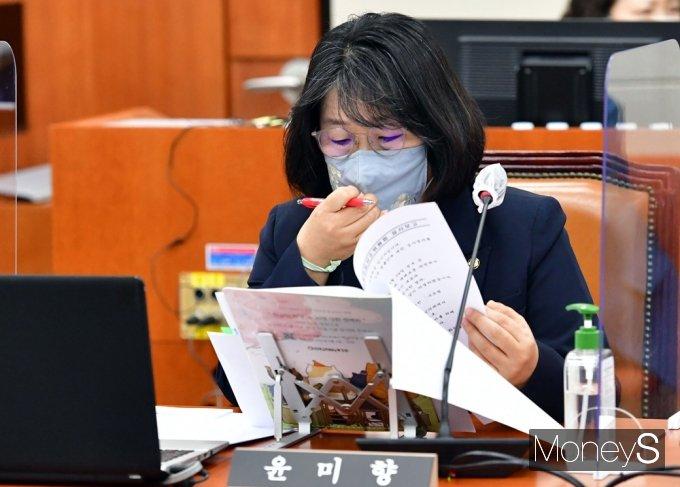 [머니S포토] 윤미향 의원, 무소속으로 국회 환노위 참석