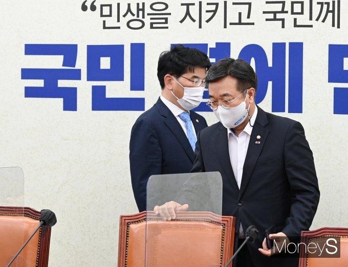 [머니S포토] 정책조정회의 참석하는 윤호중·박완주
