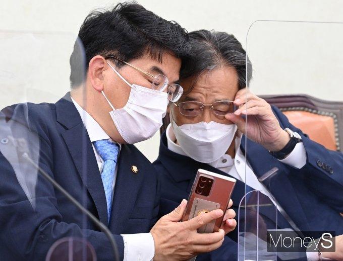 [머니S포토] 대화하는 박완주 정책위의장과 유동수 정책위수석부의장