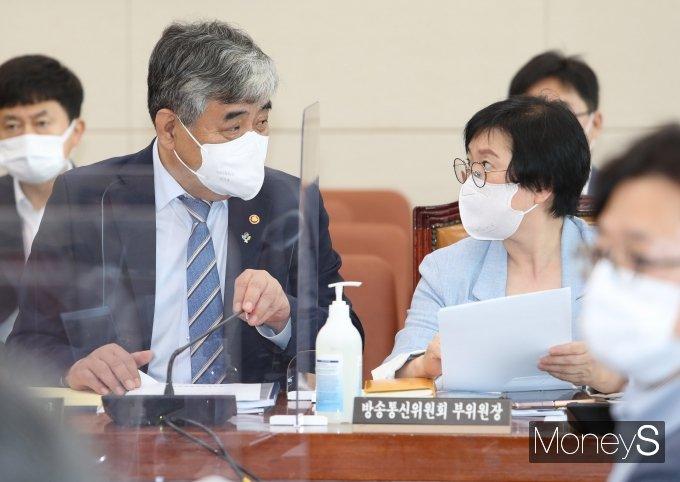 [머니S포토] 국회 과방위 출석한 한상혁·김현