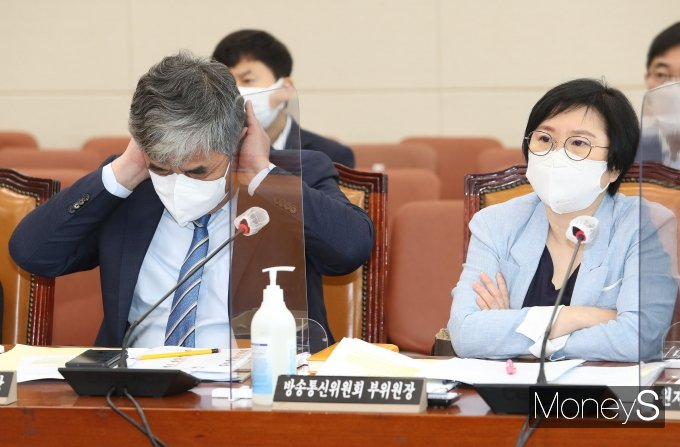 [머니S포토] 여야 언쟁 듣는 한상혁 위원장과 김현 부위원장