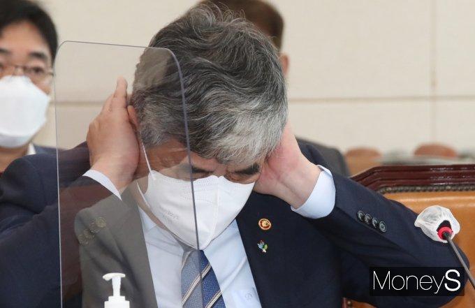 [머니S포토] 귀 막은 한상혁 방송통신위원회 위원장