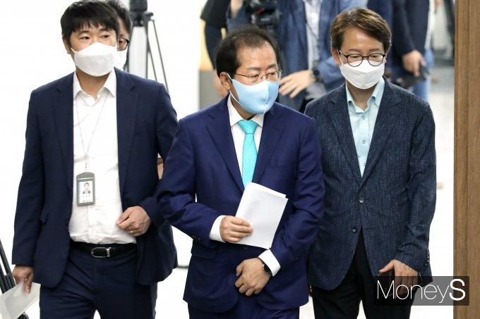 [머니S포토] 소통관 기자회견장 들어서는 홍준표 의원