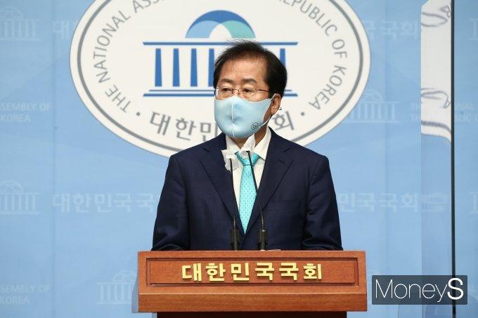 [머니S포토] 홍준표 의원 '국민의힘 복당'