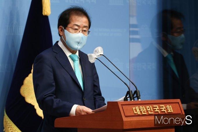 [머니S포토] 국민의힘 복당하는 홍준표 의원