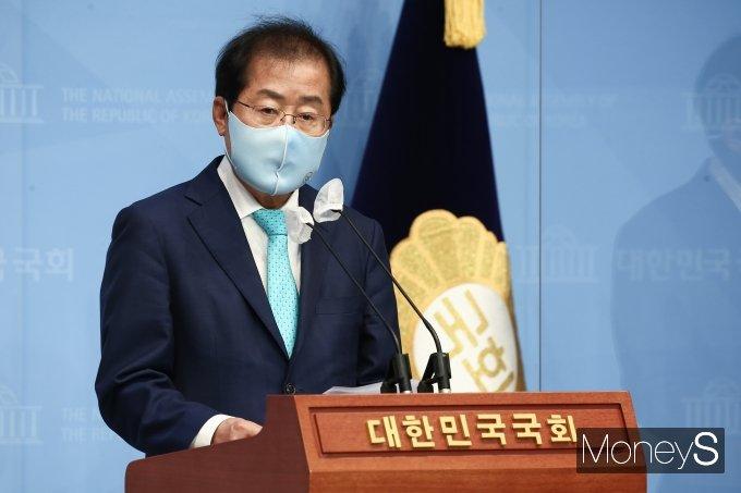 [머니S포토] 홍준표, 1년 3개월만에 국민의힘 복당