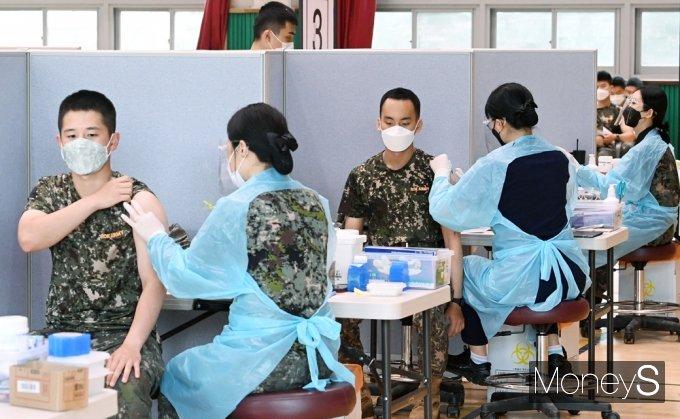 [머니S포토] 코로나 백신접종하는 군 장병들