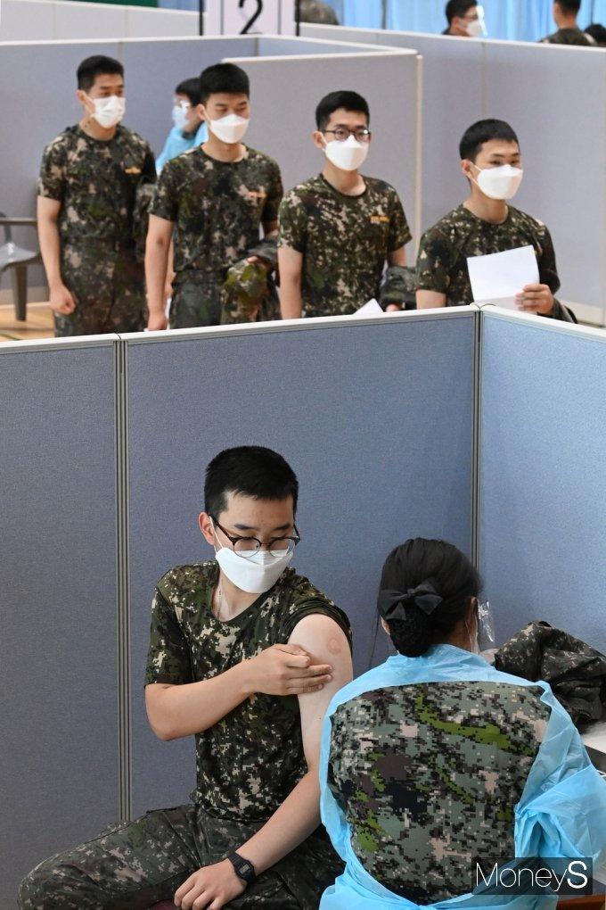 [머니S포토] 국군 장병 88% 코로나 백신 1차 접종 완료