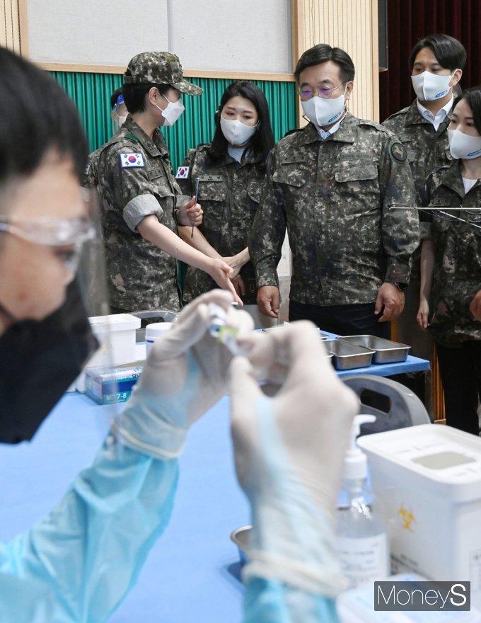 [머니S포토] 군 백신 접종 현황 직접 눈으로 확인한 민주당 '윤호중'