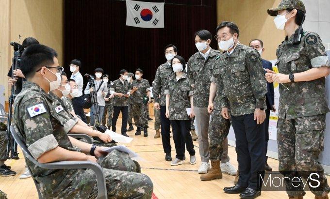 [머니S포토] 軍 백신접종 현황, 장병들과 인사 나누는 與 윤호중