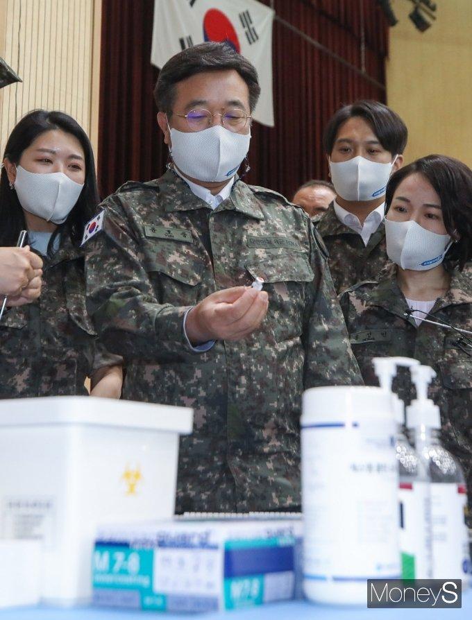 [머니S포토] 군 부대 방문 민주당 윤호중, 유심히 코로나19 백신 살펴...