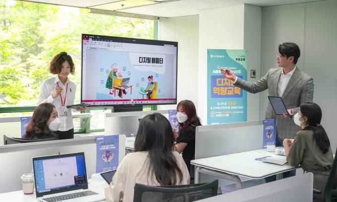 SK텔레콤이 디지털 디바이드 해소를 위한 '디지털 사각지대 전담센터'를 개소했다. /사진제공=SKT