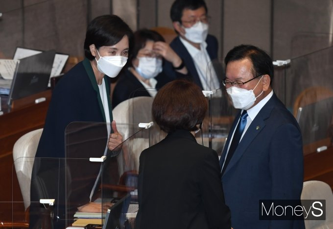 [머니S포토] 본회의에서 대화하는 김부겸·유은혜·한정애