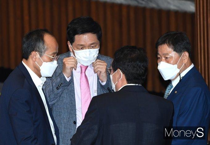 [머니S포토] 의원들과 논의하는 김기현 원내대표