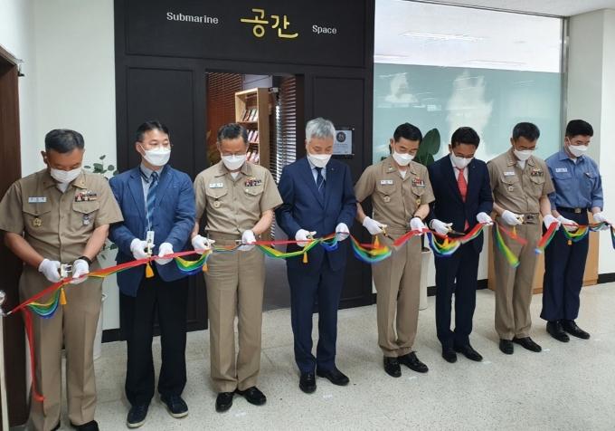 이진우 KT 부산/경남광역본부장(왼쪽 4번째), 양용모 잠수함사령부 사령관(왼쪽 5번째) 등 관계자들이 전자도서관 '공간' 개관식에서 테이프 커팅을 하는 모습. /사진제공=KT