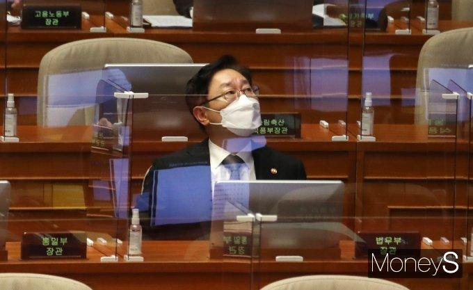 [머니S포토] 대정부질문 출석한 박범계 법무부 장관