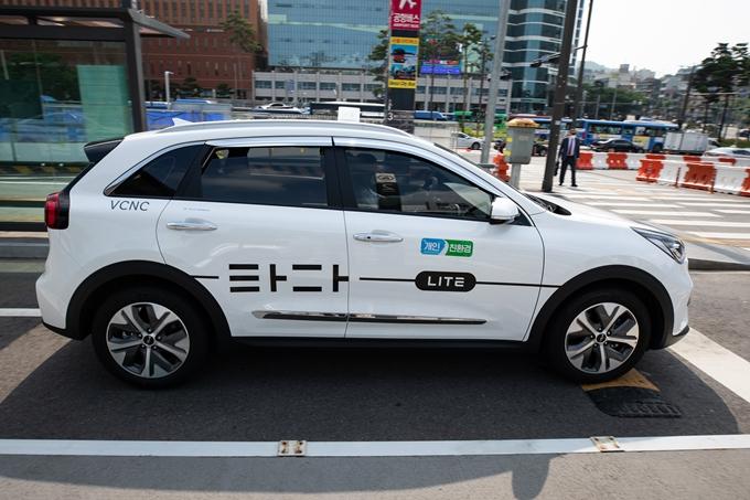 24일 헌법재판소가 '타다금지법'이 헌법에 위배되지 않는다고 판단했다. 사진은 이날 서울역 앞 택시하차장을 지나는 타다 택시 모습. /사진=뉴스1