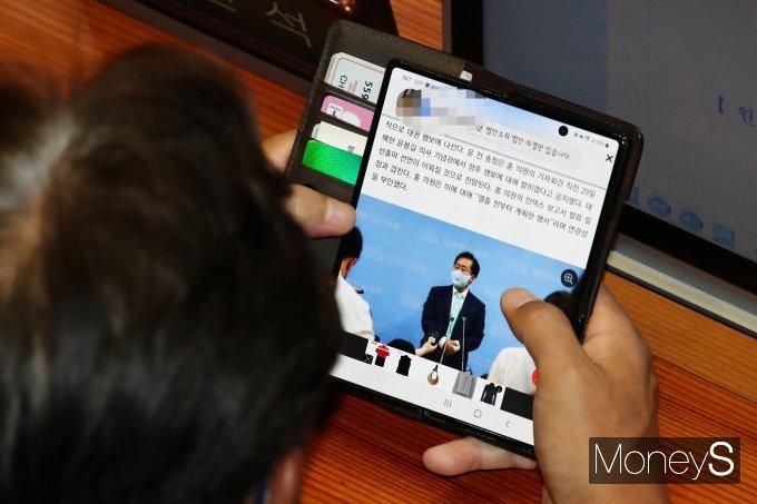 [머니S포토] 홍준표 복당 관련 기사 살펴보는 정진석 의원
