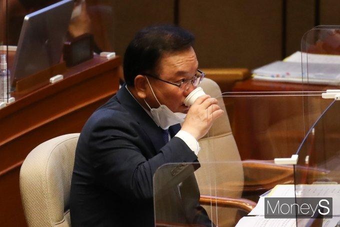 [머니S포토] 물 마시는 김부겸 총리