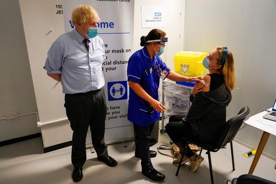 최근 영국은 델타 변이 유행으로 신규 확진자가 1만명에 육박하며 코로나 상황이 심각해지고 있다. 사진은 보리스 존슨 영국 총리(왼쪽)가 런던의 한 접종센터에서 백신 접종을 지켜보는 모습. /사진=로이터