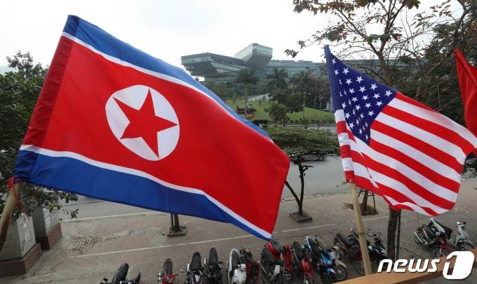 지난 2019년 2월21일 제2차 북미정상회담을 앞두고 베트남 하노이 JW메리어트호텔 앞 한 식당에 북한 인공기(왼쪽)와 미국 성조기가 걸려 있다. 2019.2.21/뉴스1 © News1 박세연 기자