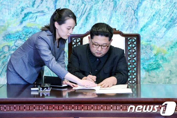김정은 북한 조선노동당 총비서(오른쪽)과 여동생 김여정 당 중앙위 부부장. 2018.4.27/뉴스1 © News1 한국공동사진기자단