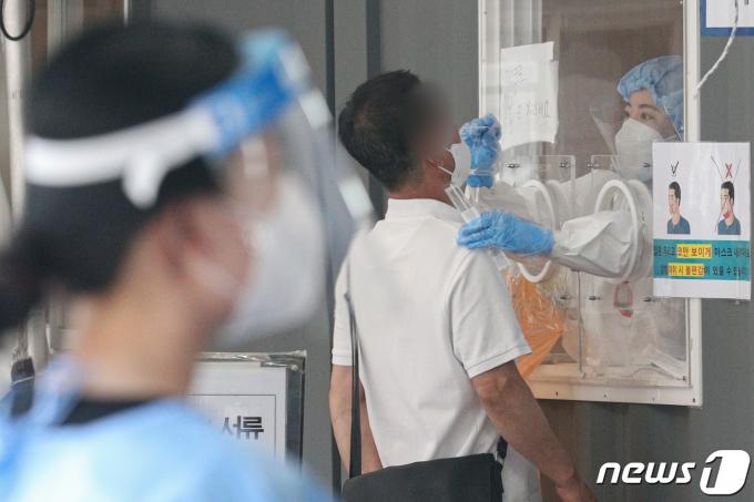서울 중구 서울역광장에 마련된 임시선별진료소를 찾은 시민들이 검체검사를 받고 있다. 2021.6.22/뉴스1 © News1 성동훈 기자