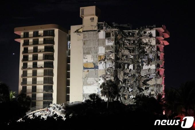 미국 플로리다주 마아애미 데이드 카운티에 있는 12층짜리 건물 일부가 붕괴되면서 최소 1명이 사망했다.© AFP=뉴스1