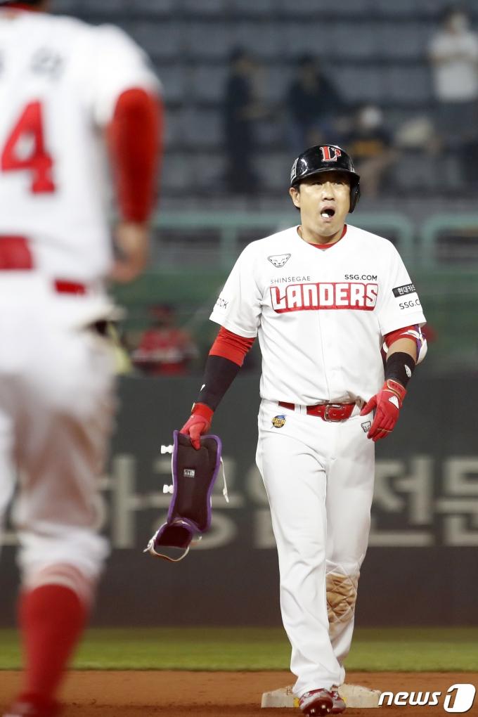 [사진] SSG 김강민 '이제 역전가자'