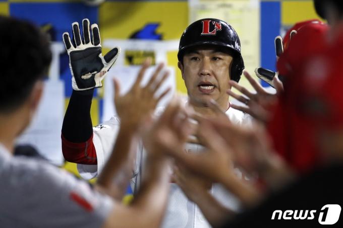 [사진] SSG 김강민 '오늘 분위기 좋네'
