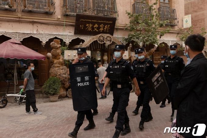 중국 신장 웨이우얼 자치구의 카스가얼 도시에서 공안이 순찰을 돌고 있다. © 로이터=뉴스1 © News1 정윤영 기자