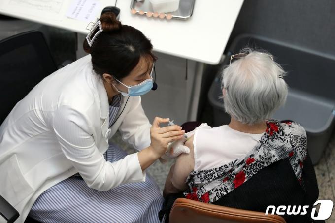 23일 오후 서울 은평구 신종 코로나바이러스 감염증(코로나19) 제1예방접종센터에서 시민들이 화이자 백신 접종을 받고 있다. 2021.6.23/뉴스1 © News1 황기선 기자