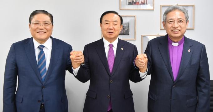 왼쪽부터 소강석 목사, 장종현 목사, 이철 감독.(한국교회총연합 제공)© 뉴스1