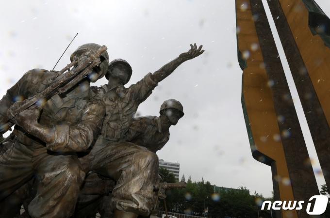 6·25 전쟁 70주년인 25일 서울 용산구 전쟁기념관 입구에 설치된 6·25전쟁 기념 조형물 위로 빗방울이 떨어지고 있다. 2020.6.25/뉴스1 © News1 이동해 기자