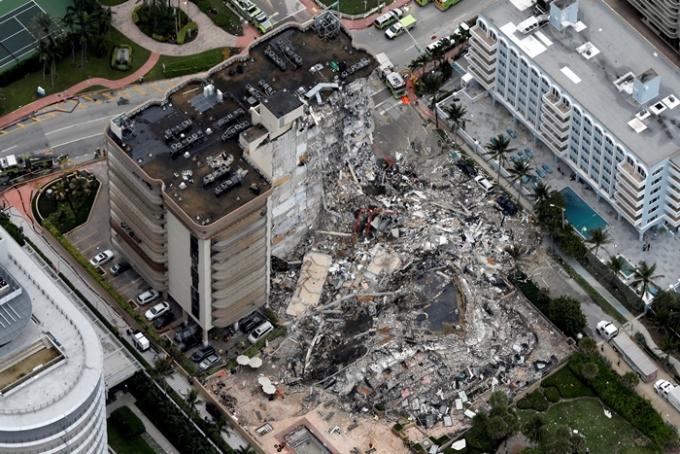 지난 24일(현지시각) 미국 플로리다주 마이애미-데이드 카운티에 있는 12층 주상복합 건물(사진)이 무너져 최소 1명이 사망하고 99명이 행방불명되는 일이 일어났다. /사진=로이터