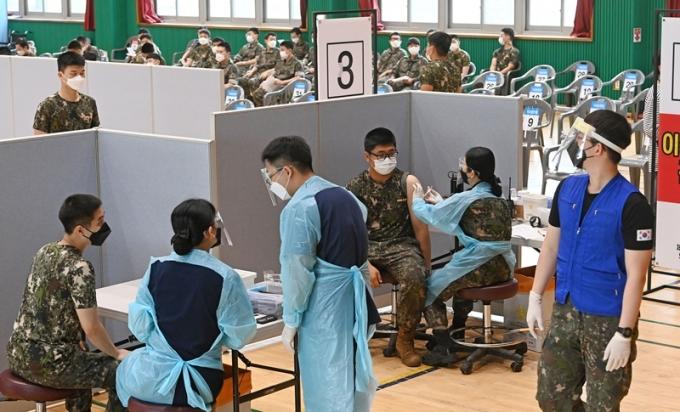 코로나19 신규 확진자가 25일 0시 기준 634명으로 조사됐다. 사진은 지난 24일 경기 고양시 육군 9사단(백마부대)에서 장병들이 백신을 맞는 모습. /사진=뉴스1