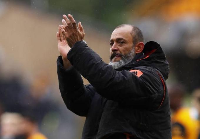 25일(이하 한국시각) 영국 BBC는 토트넘 차기 감독으로 누누 산투스 전 울버햄튼 감독이 유력하다고 보도했다. 사진은 지난달 24일 2020-2021 시즌 잉글랜드 프리미어리그 최종전을 치르고 팬들에게 인사하는 산투스 감독의 모습. /사진=로이터