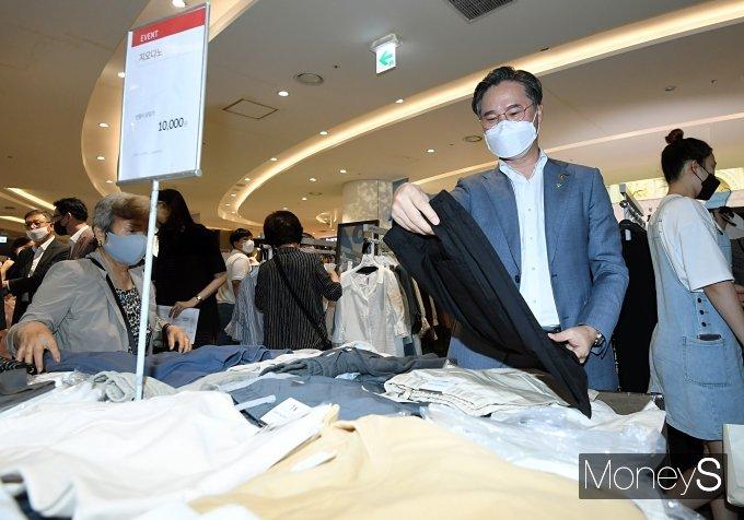 [머니S포토] 옷 구매하는 박진규 차관