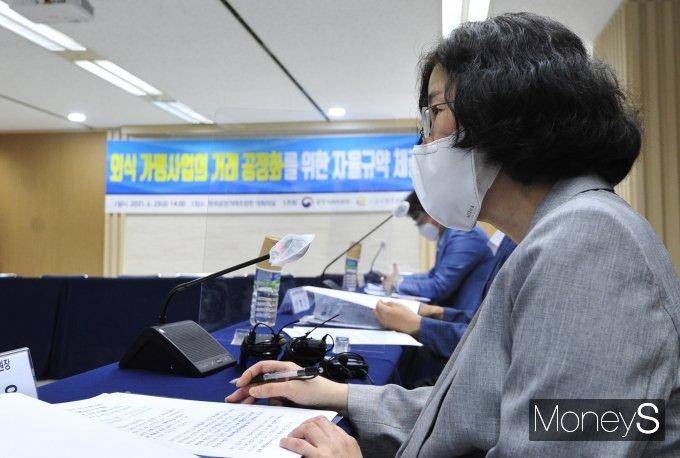 [머니S포토] 외식 가맹사업의 거래 공정화를 위한 자율규약 체결식 참석한 조성욱 위원장