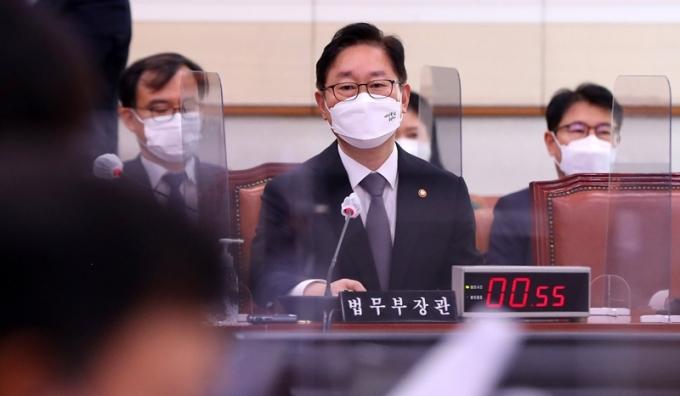 검찰 중간간부가 대거 교체된 인사안이 25일 발표됐다. 사진은 이날 박범계 법무부 장관이 국회 법제사법위원회 전체회의에 참석해 답변하는 모습. /사진=뉴스1