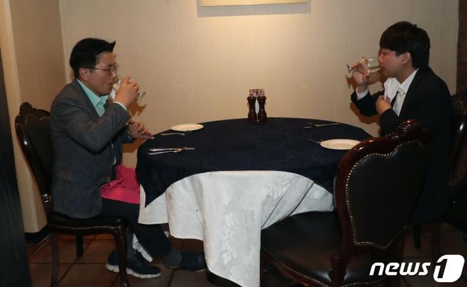 이준석 국민의힘 대표와 황교안 전 국무총리가 25일 오후 서울 중구의 한 음식점에서 대화 도중 물을 마시고 있다. 2021.6.25/뉴스1 © News1 황기선 기자