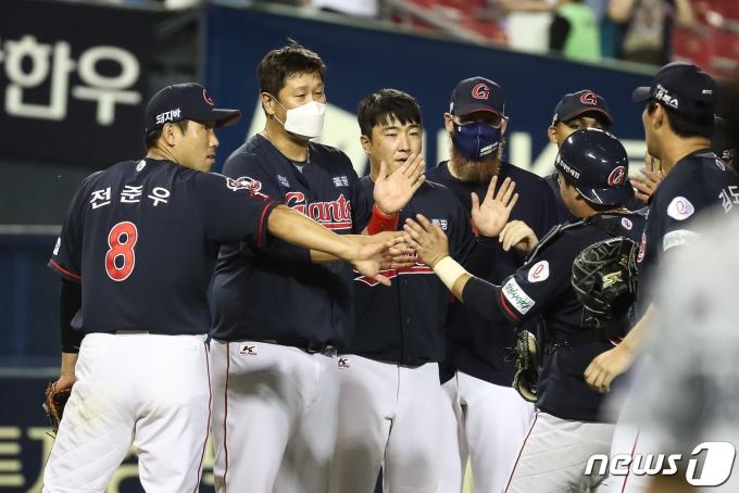 [사진] 승리 만끽하는 전준우·이대호