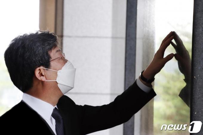 유승민 전 의원은 6·25 전쟁 발발 71주년인 25일 서울 용산 전쟁기념관에서 전쟁 희생자들을 추모했다(유 전 의원 측 제공).2021.6.25/뉴스1© News1