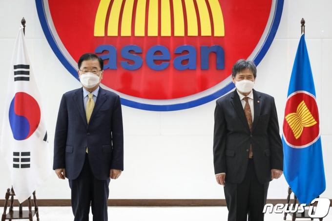 정의용 외교부 장관(왼쪽)과 림 족 호이 아세안 사무총장 (외교부 제공) © 뉴스1