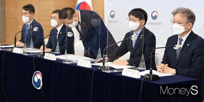 [머니S포토] 추경 예산안 브리핑 앞서 인사하는 홍남기 경제부총리