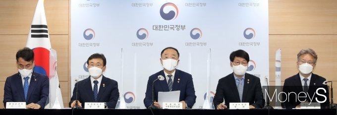 """[머니S포토] """"2차 추경 예산은요""""… 홍남기 브리핑에 쏠린 이목"""