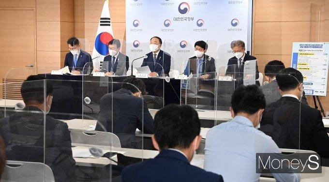 [머니S포토] 제2회 추가경정예산안 발표한 홍남기 부총리