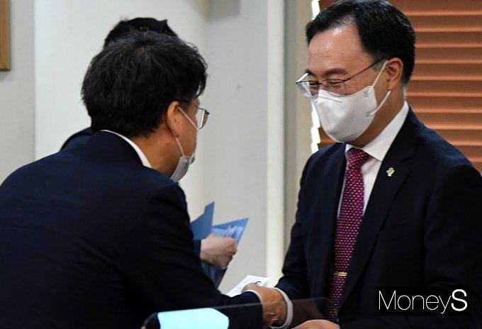[머니S포토] 에너지위원회 참석자들과 인사하는 문승욱 장관