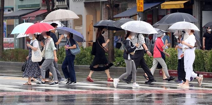 목요일(7월1일)은 전국 곳곳에 돌풍·천둥·번개를 동반한 소나기가 쏟아질 것으로 전망된다. 사진은 30일 서울 송파구 잠실새내역 인근에서 우산을 쓴 시민들이 이동하는 모습. /사진=뉴스1